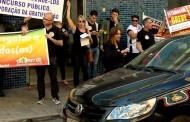 Grevistas promovem 'apitaço' em frente à agência do INSS em Varginha