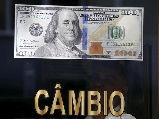 2015-10-02t154816z_1006930001_lynxnpeb910qh_rtroptp_3_manchetes-dolar-cai