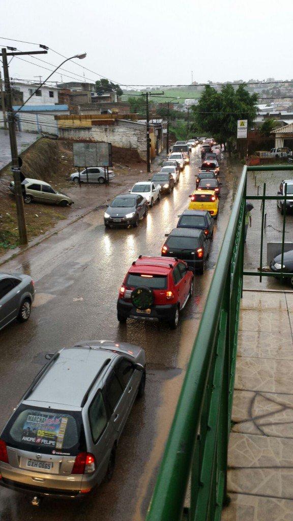 Temporal-inunda-ruas-e-causa-estragos-em-bairros-de-Varginha-1-576x1024
