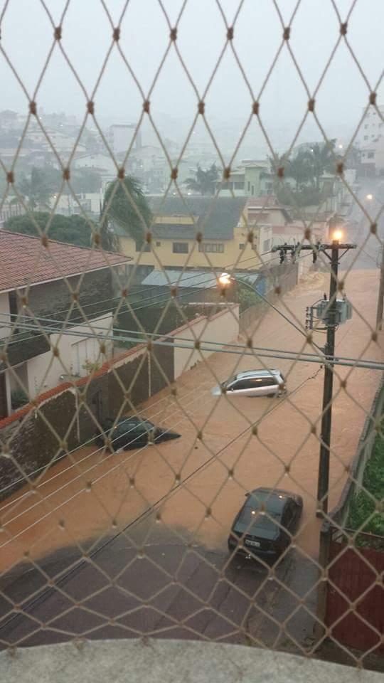 Temporal-inunda-ruas-e-causa-estragos-em-bairros-de-Varginha-18