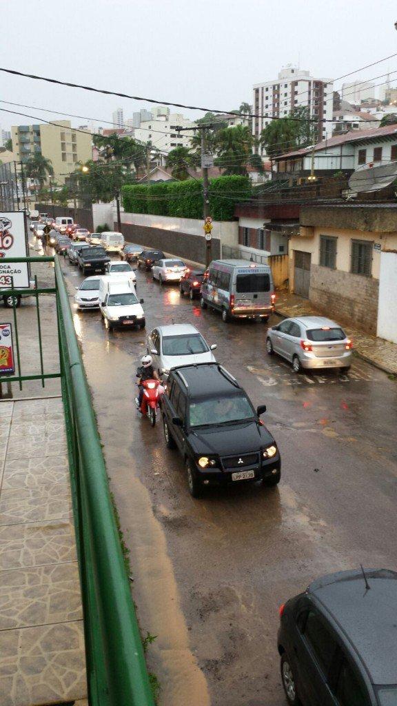 Temporal-inunda-ruas-e-causa-estragos-em-bairros-de-Varginha-2-576x1024