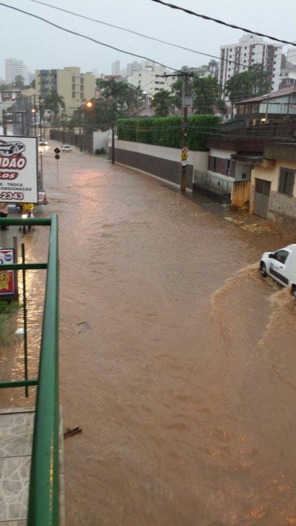 Temporal-inunda-ruas-e-causa-estragos-em-bairros-de-Varginha-4-576x1024