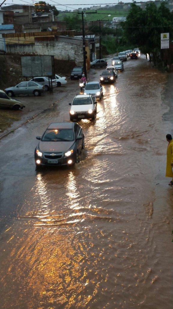 Temporal-inunda-ruas-e-causa-estragos-em-bairros-de-Varginha-6-576x1024