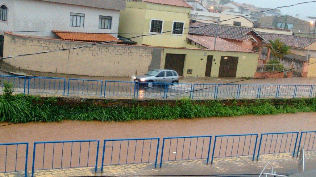Temporal-inunda-ruas-e-causa-estragos-em-bairros-de-Varginha-8-1024x575