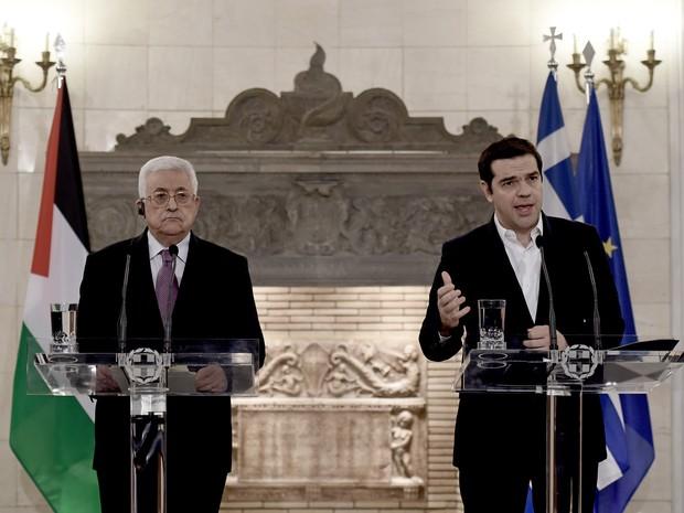 O primeiro-ministro grego, Alexis Tsipras, recebe o presidente grego, Mahmud Abbas, nesta segunda-feira (21) em Atenas (Foto: Aris Messinis/AFP)
