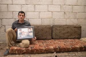 Abdullah Kurdi mostra foto da mulher e dos filhos (Foto: Gabriel Chaim/G1)