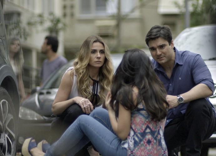 Atena ajuda Tóia após atropelamento (Foto: TV Globo)