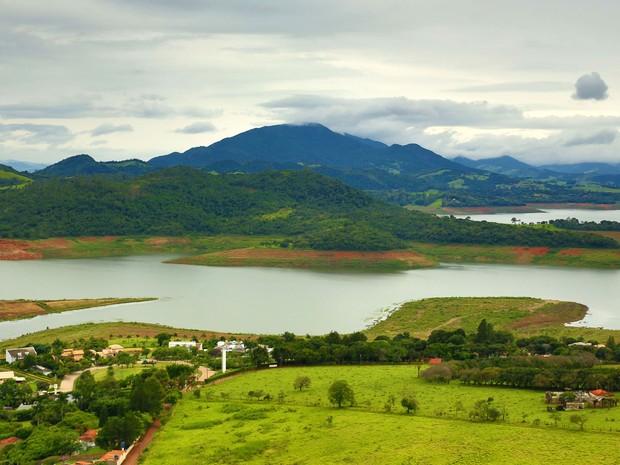 Vista reserva da represa Jaguari- Jacareí, na cidade de Piracaia, no interior de São Paulo, na terça- feira (29). Reservatório faz parte do Sistema Cantareira (Foto: Luís Moura/Estadão Conteúdo).