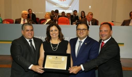 Christiane-Lunkes-Argenta-recebe-das-m--os-do-presidente-nacional-da-OAB-Marcus-Vinicius-Furtado-Coelho-a-certifica----o-de-qualidade-Fotos-OAB-Nacional.jpg