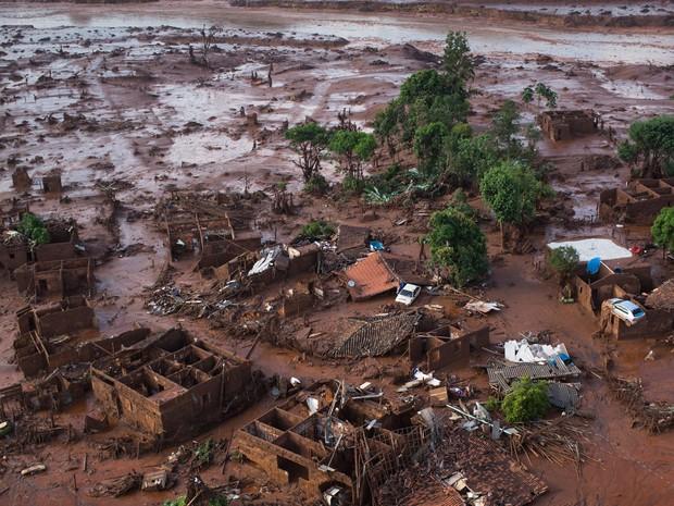 Distrito de Bento Rodrigues foi destruído por rejeitos de minério da Samarco (Foto: Felipe Dana/AP)