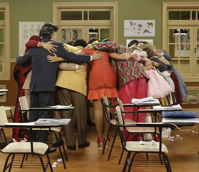 Todos juntos! Atores celebram último dia de gravação (Foto: Raphael Dias/Gshow).