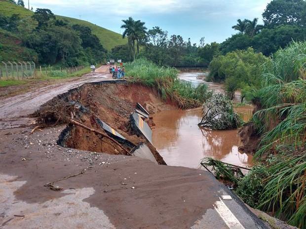 Asfalto cedeu com chuva na BR-459 entre Itajubá e Delfim Moreira (Foto: Guilherme Concentino da Silva / VC no G1)