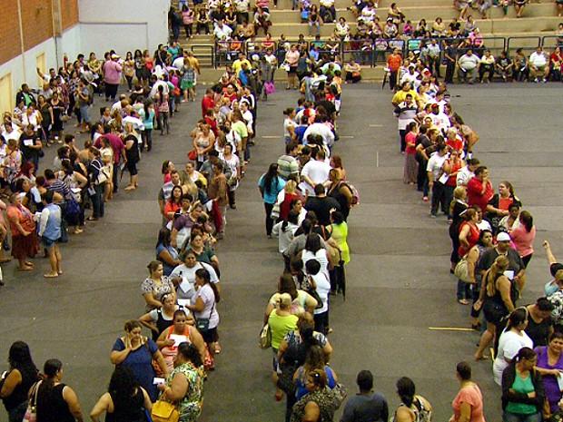 Candidatos a cirurgia bariátrica fazem fila para inscrição em Campinas em 2014 (Foto: Sávio Monteiro/EPTV)