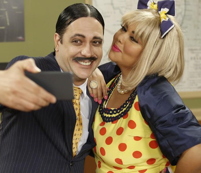 Tem como não morrer de amores? Lúcio Mauro Filho e Fabiana Karla posam para selfie (Foto: Raphael Dias/Gshow)