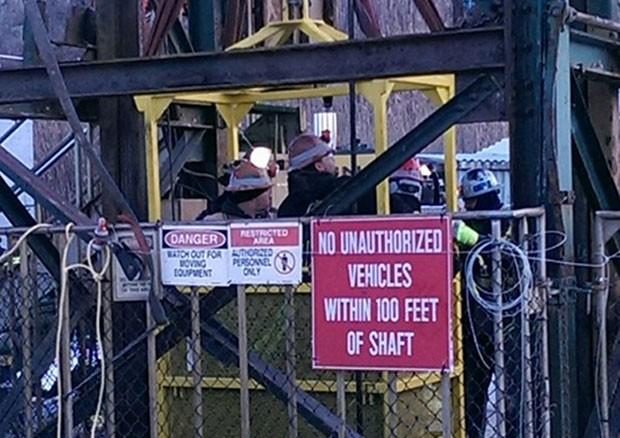"""Um grupo de trabalhadores está preso desde a noite de quarta-feira (6) em um elevador a 275 metros de profundidade em uma mina do norte do estado de Nova York, nos EUA. São 17 pessoas no total. Todas já foram resgatadas na manhã desta quinta-feira (7), informou Mark Klein, porta-voz, porta-voz da Cargill -- multinacional proprietária da mina. Nenhum mineiro sofreu lesões, mas Klein não revelou detalhes sobre as condições de saúde. """"O elevador simplesmente parou e permaneceu paralisado no momento em que os mineiros estavam a caminho para começar seus turnos"""", disse Klein à AFP O acidente aconteceu na mina de sal Cayuga, que fica na localidade de Lansing. A mina fica a 800 metros de profundidade e o elevador tem freios de segurança."""