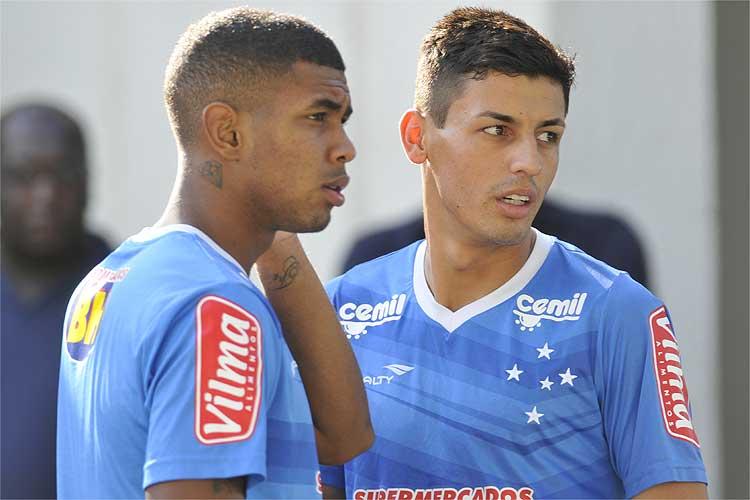 Marciel conversou com o meia Alex, promovido recentemente ao profissional, durante treino na Toca II.