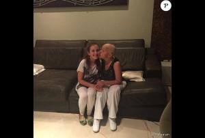 A atriz Claudia Rodrigues posa com a filha, Isa, de 13 anos