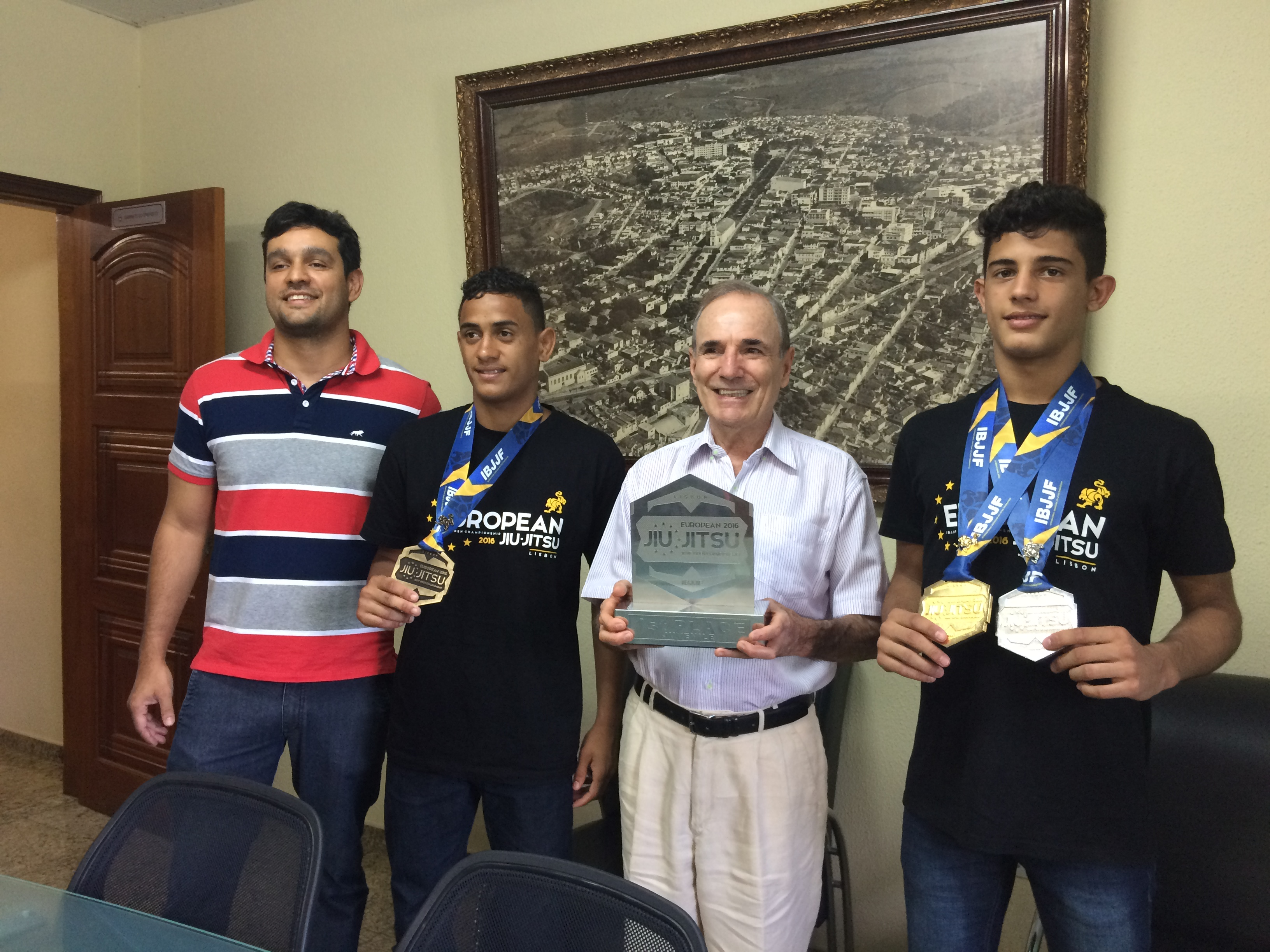 O Prefeito Antônio Silva recebeu na tarde de segunda-feira, 01, em seu gabinete, a visita dos atletas do Instituto Lutar, Júlio Arantes e Aniel Bonifácio, que conquistaram medalha de prata e bronze no Campeonato Europeu de Jiu Jitsu, disputado em Lisboa, Portugal, de 20 a 24 de janeiro.