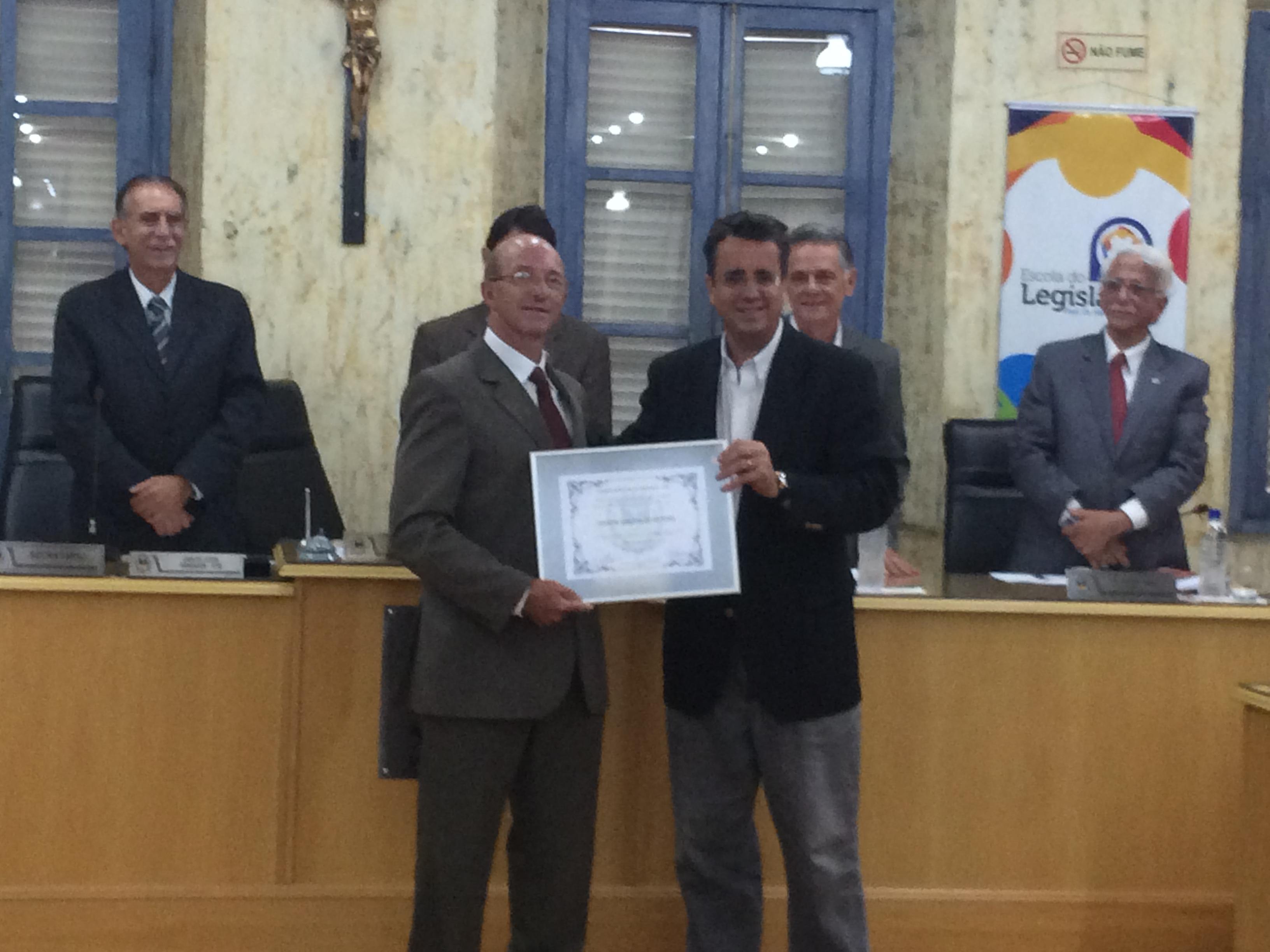 O presidente do Inprev,  Edson Crepaldi, foi homenageado com Moção de Aplauso proposta pelo vereador Armando Fortunato, pelos relevantes serviços prestados ao município