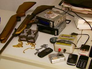 Armas e equipamentos foram apreendidos na propriedade (Foto: Reprodução EPTV)