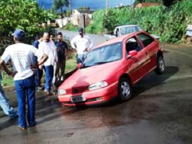 Carro ficou preso dentro de um buraco no bairro Bom Jesus, em Guaranésia (Foto: Reprodução EPTV)