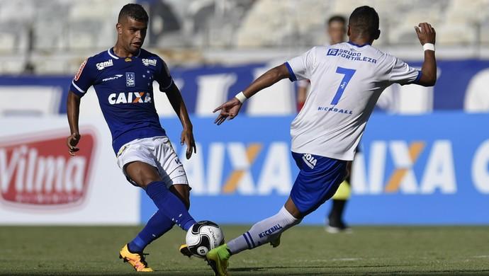 Alisson lança bola durante a partida contra a URT. Cruzeiro não conseguiu furar o bloqueio (Foto: Douglas Magno)