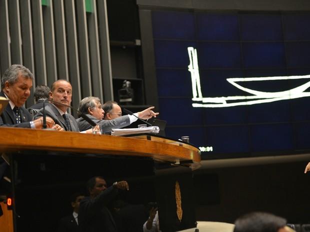 O deputado Izalci Lucas Ferreira (PSDB/DF) preside a primeira sessão plenária da Câmara que analisa o pedido de impeachment da presidenta Dilma Rousseff (Foto: José Cruz/Agência Brasil)