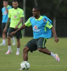 Douglas Costa no treino da Seleção: velocidade no ataque (Foto: Lucas Figueiredo / MoWA Press)