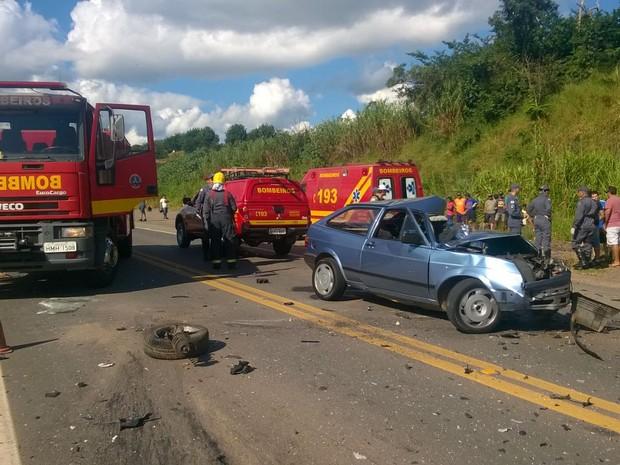 Homem bateu contra outro carro e morreu no local, na BR-491 (Foto: Corpo de Bombeiros/ Varginha)