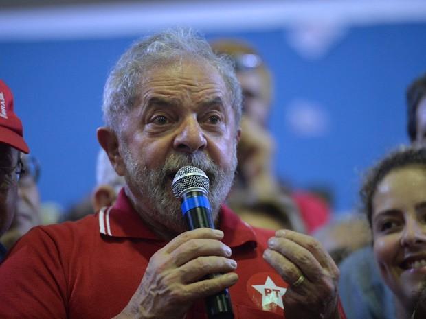 O ex-presidente Luiz Inácio Lula da Silva participou de encontro com sindicalistas e membros do Partido dos Trabalhadores (PT) em São Paulo após 24ª fase da Lava Jato(Foto: Nelson Almeida/AFP)