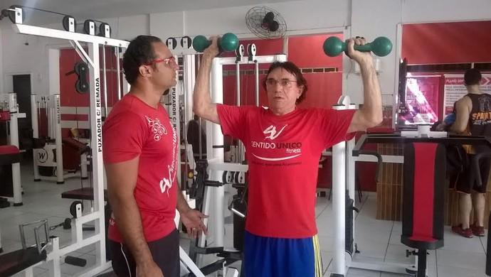 Roberto Pith acompanhado do educador físico Felipe Augusto (Foto: Crisneive Silveira)