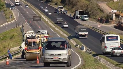 Em uma das ocorrências, o motociclista se desequilibrou e caiu na Avenida do Contorno, na BR-491