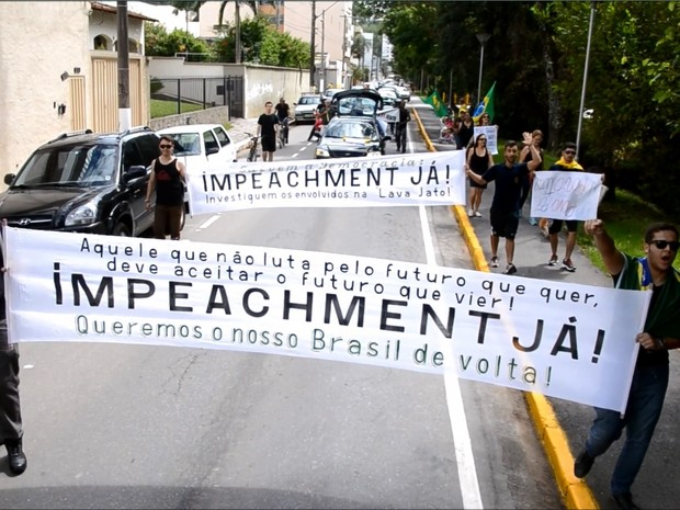 Estudantes da Unifei fizeram protesto em frente à instituição em Itajubá (Foto: Luciano Lopes)
