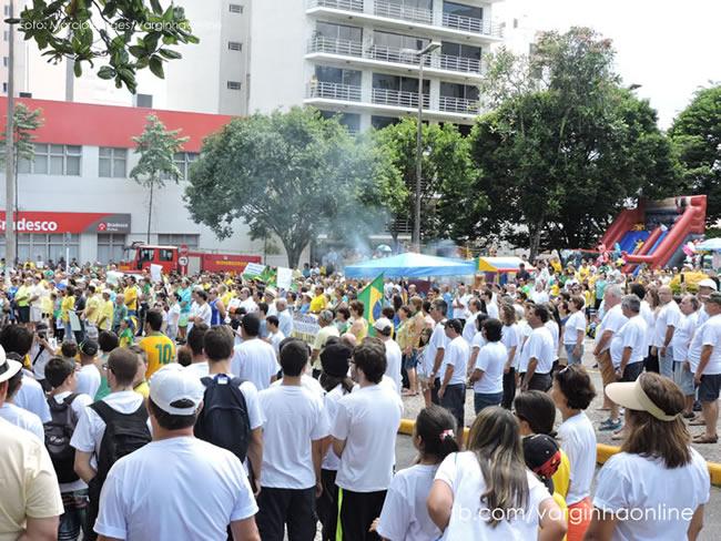 Cerca de 3 mil pessoas compareceram ao manifesto. (Foto: Márcio Borges / Varginha Online)