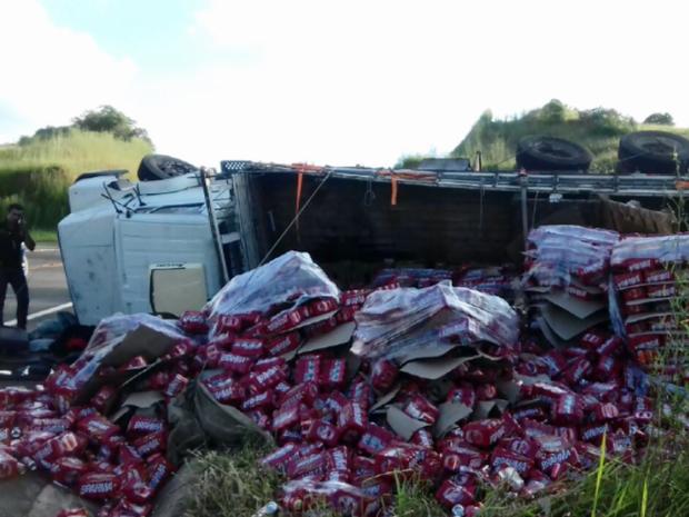 Caminhão carregado de cerveja tombou na BR-246, em Bom Jesus da Penha (Foto: Reprodução EPTV)