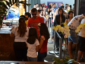 Filas se formam na abertura da Felinju, Feira de Lingerie em Juruaia (Foto: Filipe Martins)