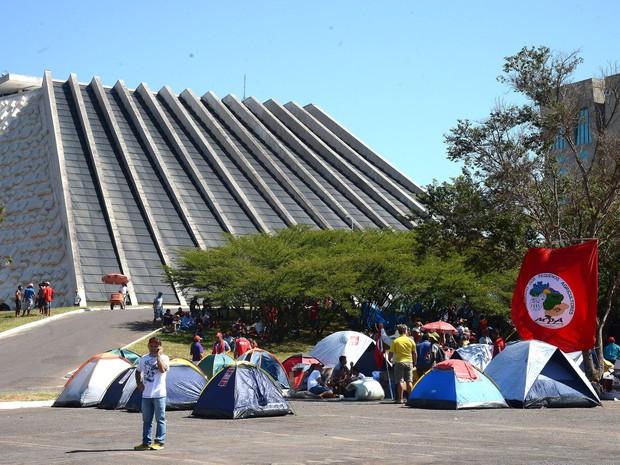 Grupo de manifestantes contra o impeachment da presidente Dilma Rousseff acampa no estacionamento do Teatro Nacional, na Esplanada dos Ministérios, em Brasília (Foto: Elza Fiúza/Agência Brasil)