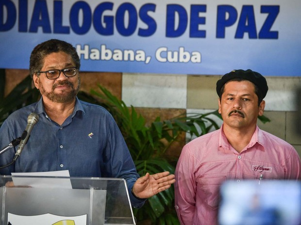 Chefe da delegação de paz das Farc, o comandante Ivan Marquez, discursa ao lado do comandante Edison Romana nesta quinta-feira (14) em Havana, Cuba (Foto: ADALBERTO ROQUE / AFP)