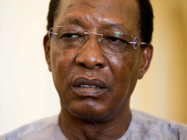 O presidente do Chade, Idriss Deby Itno, concede entrevista após encontro com a embaixadora dos EUA na ONU, Samantha Power, no palácio presidencial em N'Djamena, na quarta (20) (Foto: AP Photo/Andrew Harnik)
