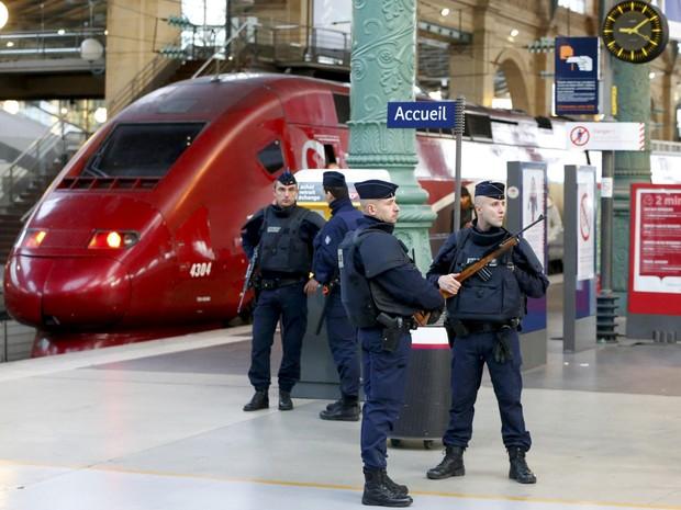 Policiais patrulham estação de trem em Paris logo após ataques terroristas na cidade (Foto: Yves Herman/Reuters)
