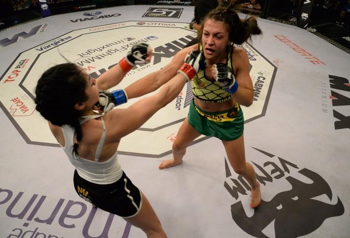 Amanda Ribas acerta um golpe de direita em Jennifer González no Max Fight 18 (Foto: Alexandre Valle/MaxFight)
