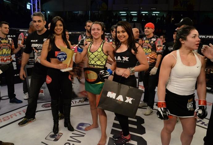 Amanda Ribas ´posa com o cinturão peso-palha do Max Fight 18 (Foto: Alexandre Valle/MaxFight)