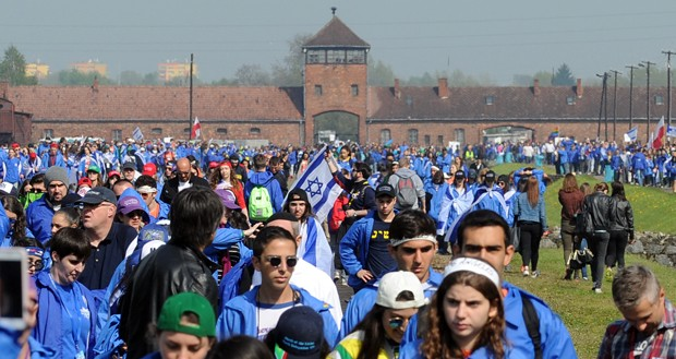 Milhares marcham em Auschwitz em memória de vítimas do Holocausto (Foto: Alik Keplicz/AP)
