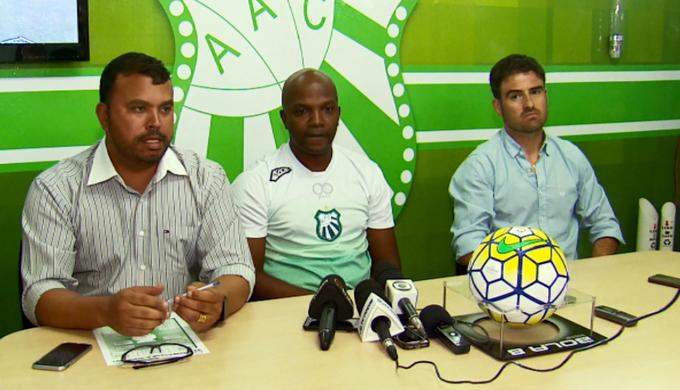 Thiago Oliveira (centro) foi apresentado no comando da Caldense (Foto: Reprodução EPTV)