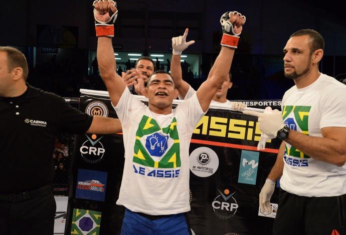 Francisco de Assis festeja a vitória sobre Júnior Maranhão no Max Fight 18 (Foto: Alexandre Valle/MaxFight)