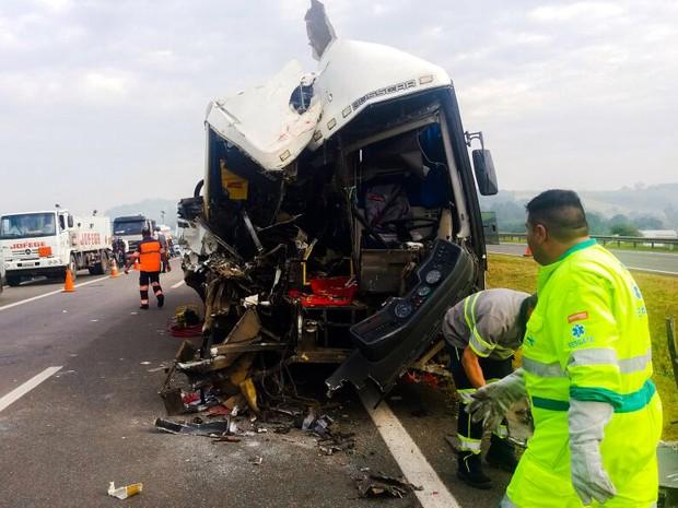 Impacto destruiu a frente e a lateral do ônibus (Foto: ITV/Brasil Diário)