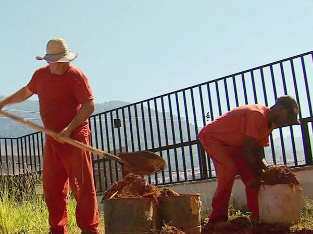 Detentos trabalham na reforma do hospital na Santa Casa de Andradas (Foto: Reprodução EPTV)