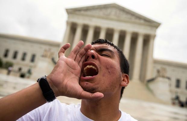 Gerson Quinteron protesta diante da Suprema Corte dos EUA, nesta quinta-feira, em Washington (Foto: Evan Vucci/AP)