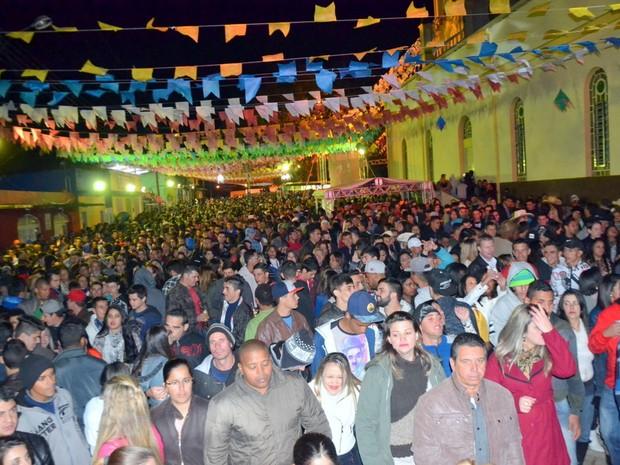 Multidão acompanha distribuição do maior pé de moleque do mundo em Piranguinho (Foto: Luciano Lopes)