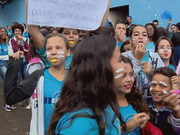 Alunos fizeram apitaço e passeata com cartazes após incêndio em escola (Foto: Reprodução EPTV)